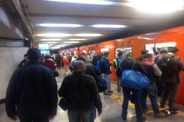 Usuarios reportan en redes que los tiempos de espera son mayores a los que informa el Metro. Foto: @MontesdeCorona