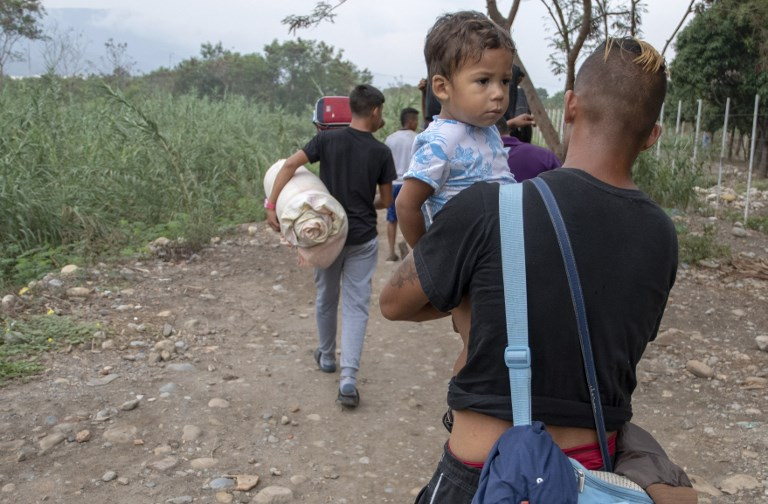 Pese al bloqueo de la frontera, venezolanos buscan la forma de cruzar hacia Colombia. FOTO: AFP