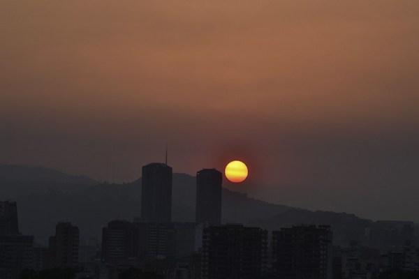 El sol se pone en Caracas durante un corte de energía parcial. Un nuevo apagón afectó a muchas regiones de Venezuela, incluyendo gran parte de Caracas . Foto: AFP