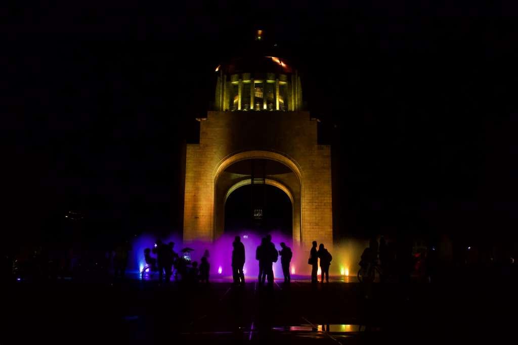 El Monumento a la Revolución sirvió de escenario para la celebración de esta iniciativa que inició en 2007 en la ciudad de Sidney, Australia. FOTO: CUARTOSCURO