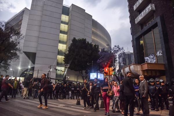 Elementos de la Secretaria de Seguridad Ciudadana (SSC) resguardaron la salida de trabajadores del Senado. FOTO: MARIO JASSO /CUARTOSCURO.COM