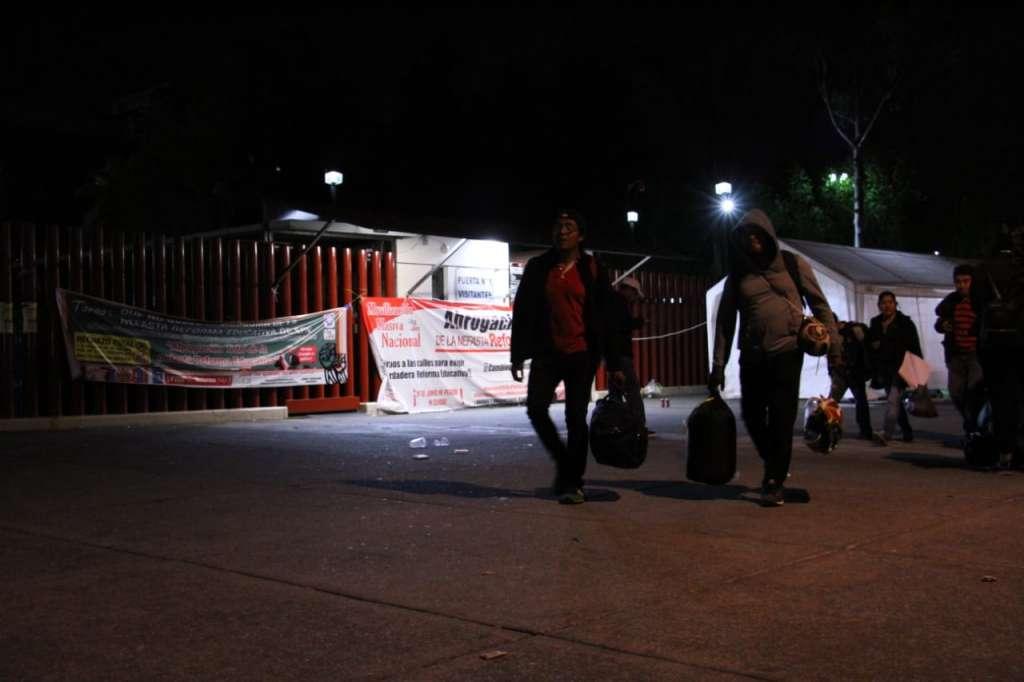 Integrantes de la Coordinadora Nacional de Trabajadores de la Educación (CNTE) levantaron el plantón que mantenían frente a la Cámara de Diputados. Foto: Cuartoscuro