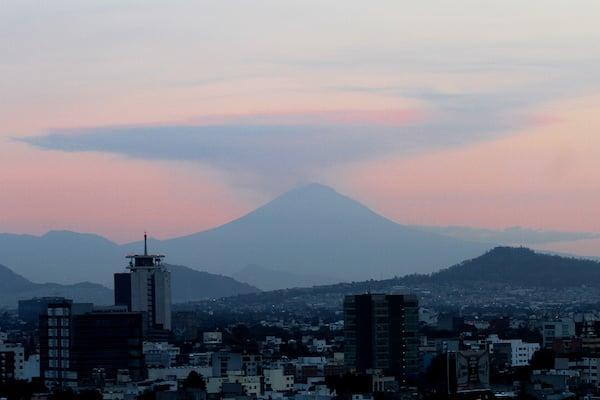 Aspecto del volcán Popocatépetl, en el Valle de México.  Por Notimex