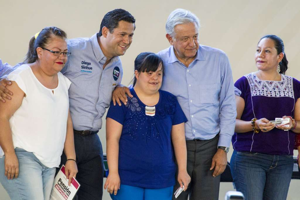 """Durante la entrega de apoyos de los """"Programas Integrales de Bienestar"""" a guanajuatenses, el presidente Andrés Manuel López Obrador anunció una"""