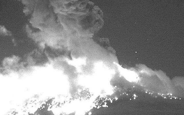 El volcán Popocatépetl tuvo una explosión la noche del lunes, la cual emitió vapor de agua, gas y fragmentos incandescentes. Foto: Notimex
