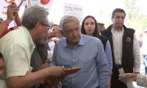 Los extrabajadores se acercaron al mandatario para exponer su situación luego de su despido. FOTO: ESPECIAL