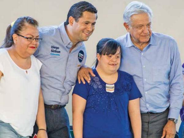 El presidente López Obrador y el gobernador de Guanajuato, Diego Sinhue, entregaron apoyos sociales.FOTO: NOTIMEX