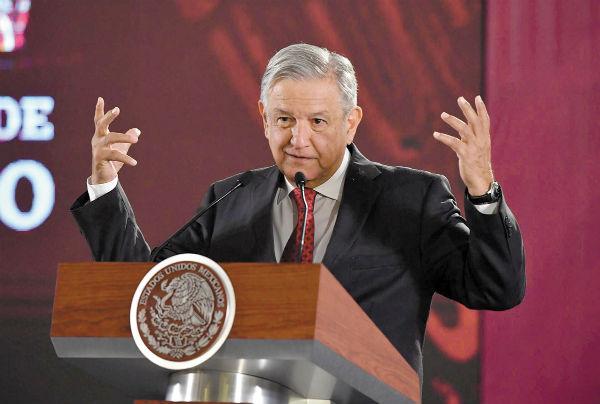 RECONOCIMIENTO. López Obrador agradeció a los trabajadores petroleros del país su entrega. Foto: Pablo Salazar