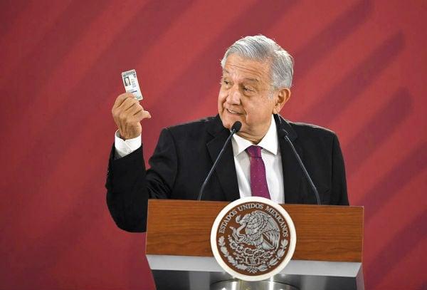 IDENTIDAD. El presidente López Obrador mostró su licencia de manejo que es permanente. Foto: Pablo Salazar