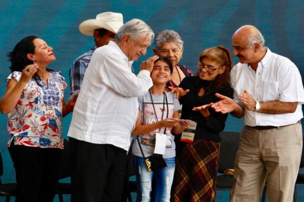 """López Obrador dijo que le dejaron """"un cochinero"""", por lo que están estructurando para ayudar a los mexicano"""