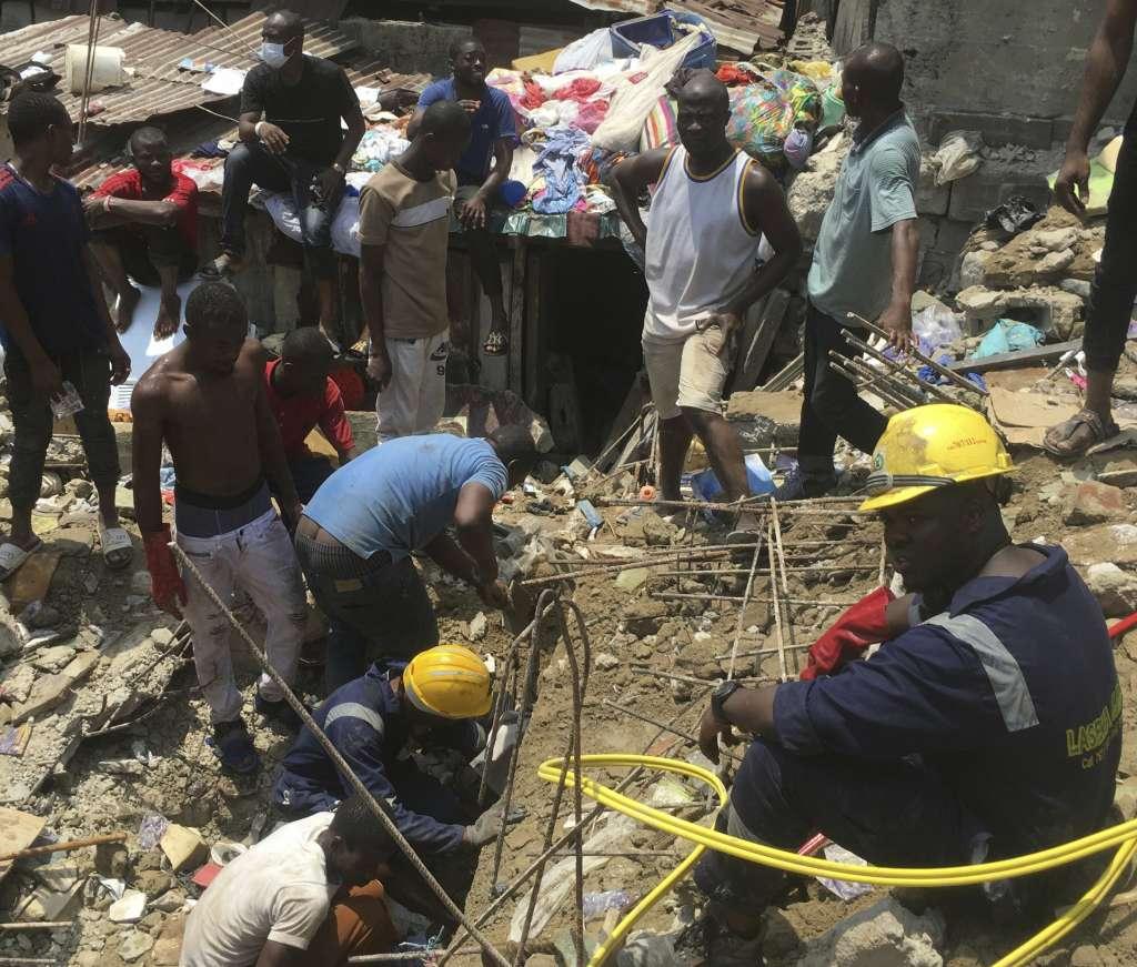 El inmueble de tres pisos colapsó justo cuando los infantes se encontraban en clases. Foto: AP
