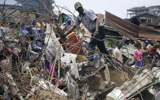 Autoridades de Nigeria indicaron la noche del miércoles que 37 personas fueron sacadas de las ruinas. Foto: AP