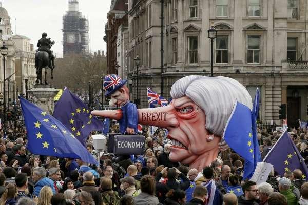 La primera ministra británica, Theresa May, podría presentar esta semana una tercera propuesta para destrabar el Brexit. Foto: AP