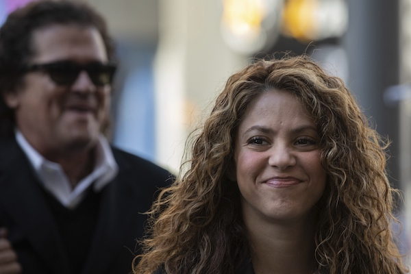 Shakira y Vives llegaron juntos y sonrientes al Juzgado de lo Mercantil. Foto: AP