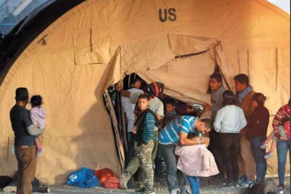 Migrantes centroamericanos esperan para solicitar asilo en un centro de El Paso, Texas, donde están retenidos por la Oficina de Aduanas y Protección Fronteriza de EU.FOTO: REUTERS