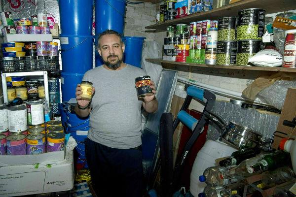 Las tiendas han comenzado a adquirir más productos no perecederos ante un Brexit sin acuerdo. FOTO: AP