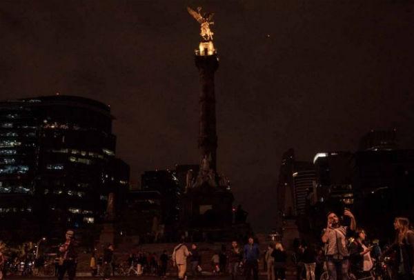 El Ángel de la Independencia permaneció apagado ante ciclistas que paseaban por  Reforma. FOTO: ESPECIAL