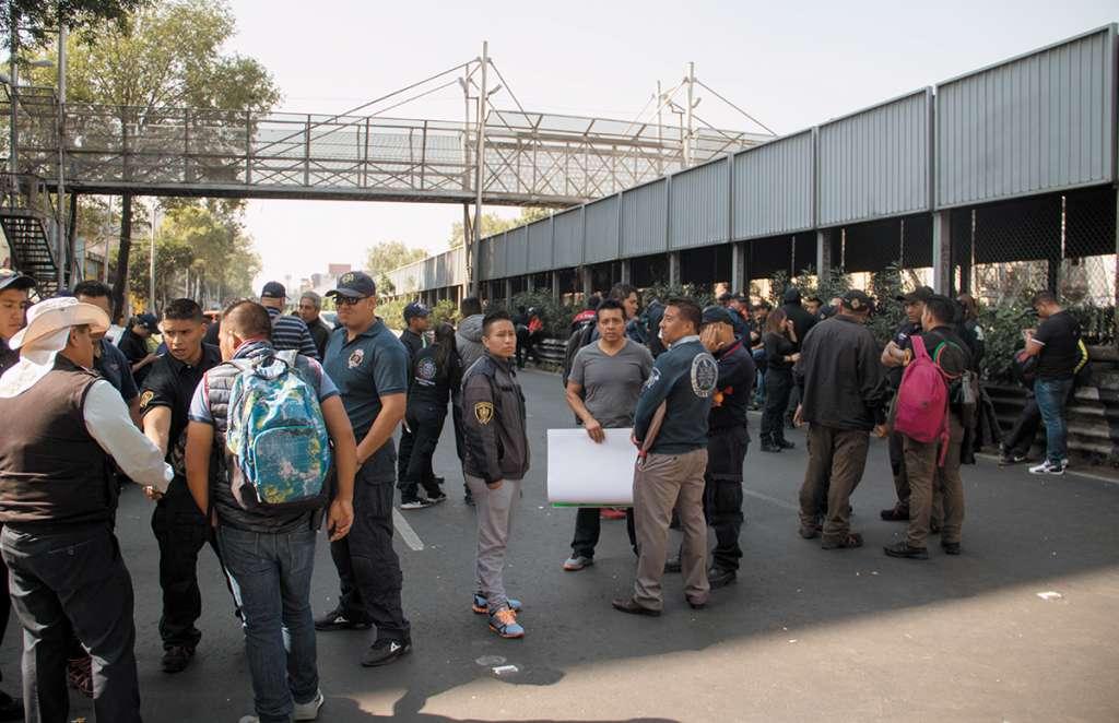 Vulcanos bloquearon San Antonio Abad; hubo momentos de tensión antes de retirarse de la vialidad.FOTO: CUARTOSCURO