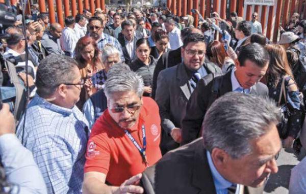 Diputados y trabajadores no pudieron entrar al recinto legislativo. FOTO: CUARTOSCURO