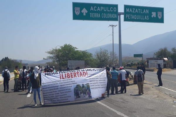 Hay cierre también en el acceso a la carretera federal México-Acapulco, en Chilpancingo. Foto: Especial