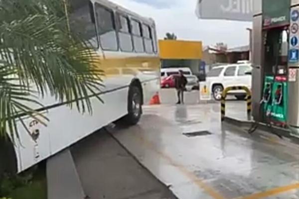 El vehículo no arrolló a los despachadores, por lo que sólo hubo daños materiales. Foto: Especial
