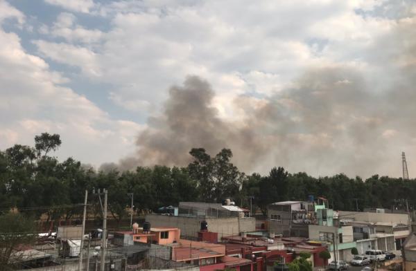 La densa nube de humo se puede notar desde otros puntos de la ciudad. FOTO: ESPECIAL