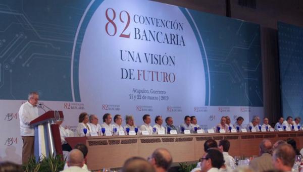 Urzúa destacó que también analiza  establecer un límite máximo al monto de operaciones en efectivo en ciertos casos. FOTO: @CarlosUrzuaSHCP