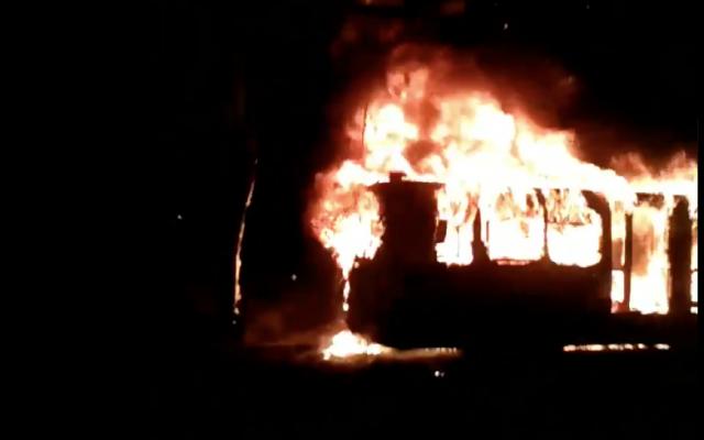 Los pasajeros corrieron asustados y gritaron al conductor que detuviera la unidad