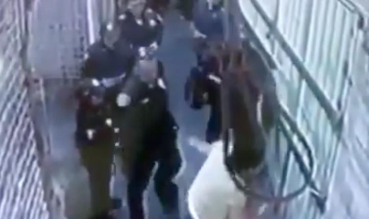 La mujer fue detenida por un elemento del SSC y golpeada por otro. FOTO: TOMADA DE VIDEO