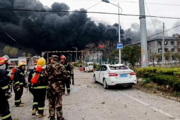 Bomberos trabajan para controlar el incendio. Foto: AFP