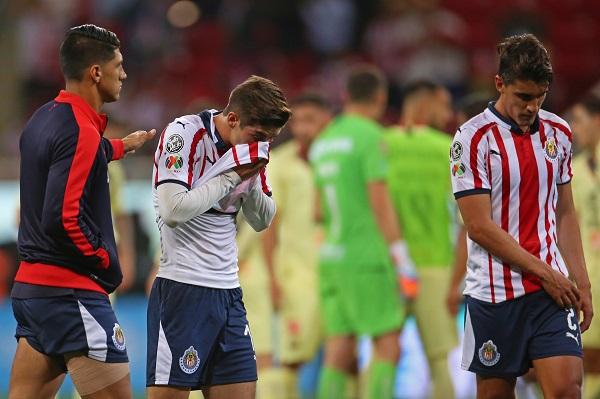 Jugadores de Chivas se lamentan por la derrota al final del partido. Foto: Cuartoscuro