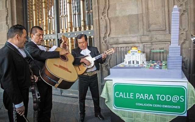 Un pastel replica el área del Eje Central, por donde solicitan se ejecute el proyecto Trolebici. FOTO: CUARTOSCURO
