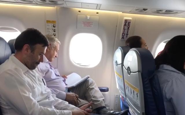 El piloto del avión donde viajaba el presidente platicó a los pasajeros sobre los lugares por donde pasaría el vuelo. Foto: Especial