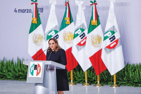 FESTEJO. La presidenta del PRI encabezó la celebración por el 90 aniversario de su partido. Foto: Nayeli Cruz