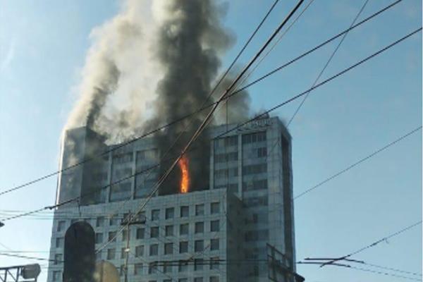 Refirió que el edificio fue evacuado. FOTO: ESPECIAL