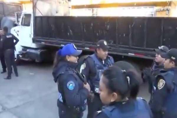 Los policías acordonaron la zona y la calle está cerrada al tránsito vehicular. Foto: Especial