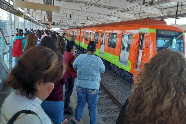 Usuarios de la Línea 12 reportan retrasos en las estaciones. Foto: Twitter
