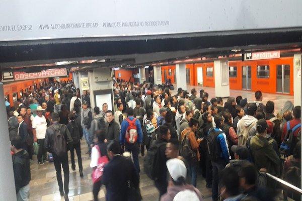 Usuarios afirman que los trenes se quedan estacionados mucho tiempo en las estaciones y no permiten que otros lleguen. Foto: @Antonio48279339