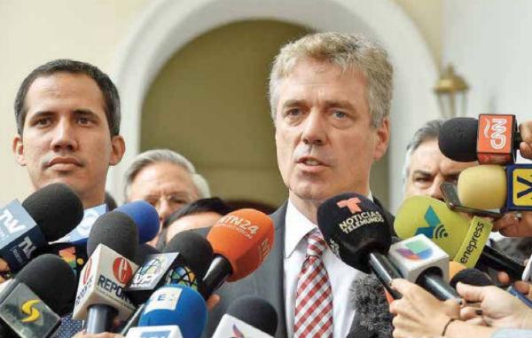 Daniel Martín Kriener acompañó a Guaidó en su reingreso al país con otros 12 embajadores. FOTO: AFP