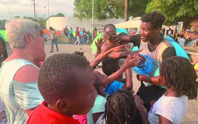 Decenas de africanos están en espera del documento que les permita seguir a EU.FOTO: ESPECIAL