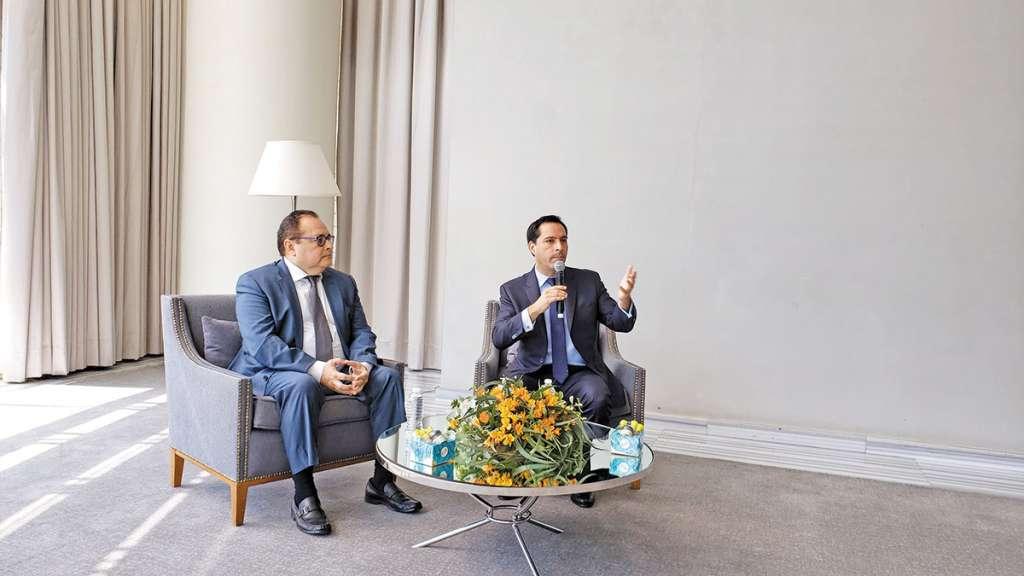 El gobernador de Yucatán, Mauricio Vila (der.), ayer, en la CDMX.FOTO: ANTONIO BAUTISTA
