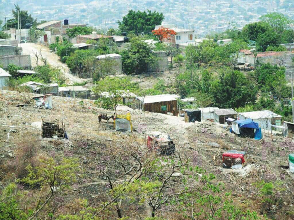 A pesar de denuncias y operativos, siguen construyendo casas.FOTO: ESPECIAL