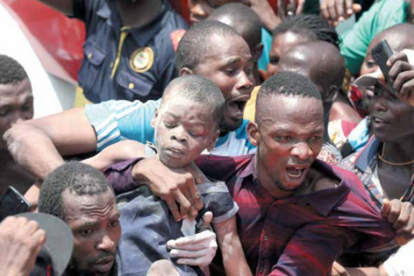 Uno de los niños estudiantes fue salvado ayer de entre los escombros de la escuela.FOTO: AP