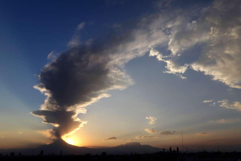 El volcán ha emitido gases, poco contenido de ceniza y vapor de agua. Foto: Cuartoscuro