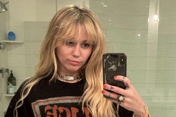 En la serie, la joven Miley Stewart usaba una peluca rubia para transformarse en la estrella del pop Hannah Montana. Foto: @MileyCyrus