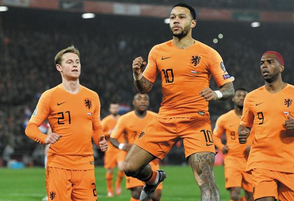 Depay, quien es de ascendencia ghanesa, puso por delante en el marcador a Holanda desde el minuto 1. Foto: Reuters