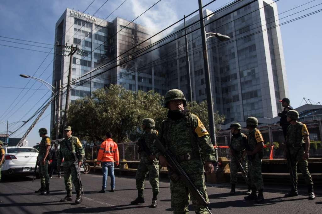 Bomberos sofocaron el incendio en el edificio de la Comisión Nacional del Agua. FOTO: CUARTOSCURO