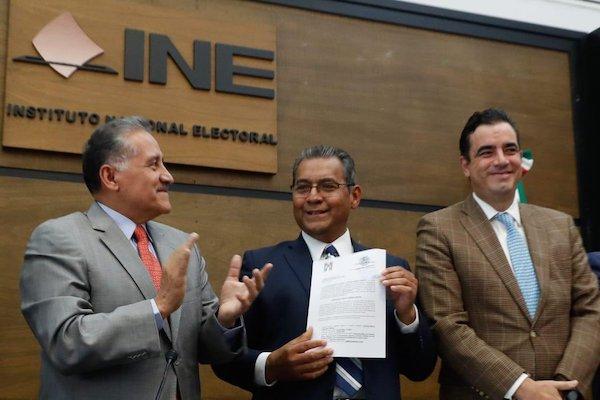 Alberto Jiménez se registró ante el INE como aspirante a la gubernatura de Puebla. Foto: @ruizmassieu