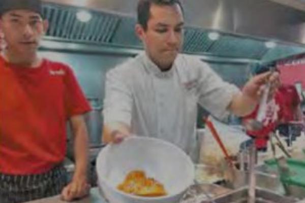 La empresa integra a los reclusos en las labores de manejo de alimentos: FOTO: ESPECIAL