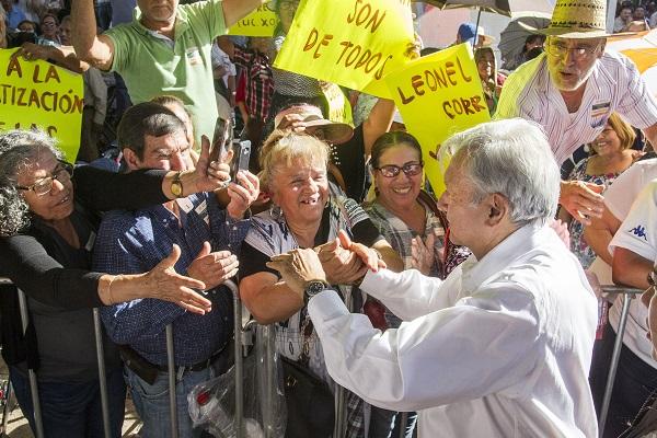 El presidente Andrés Manuel López Obrador, acompañado por el gobernador de Jalisco, Enrique Alfaro, entregó apoyos a pequeños y medianos agricultores y ganaderos como parte de los